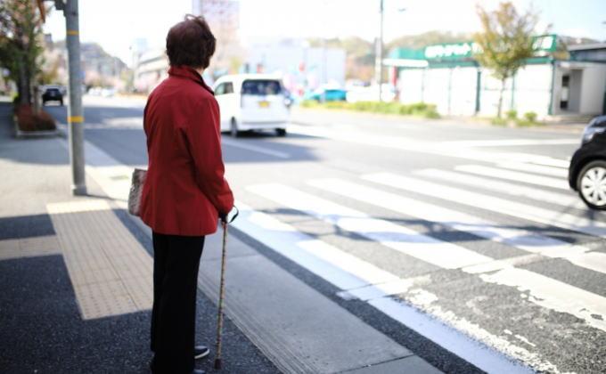 「歩行者のいる信号機のない横断歩道での車の一時停止率」